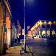 @FEdetails.net Corso Martiri della Libertà by night con l'immancabile bicicletta appoggiata al lampione! | MyTurismoER: Ferrara attraverso lo sguardo fotografico di @FEdetails.net