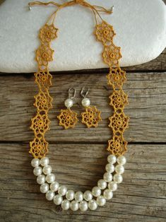Hardal Sarısı İnci Kolye-Küpe Mustard Yellow Pearl Necklace-Earrings Motifs processed with mustard yellow cotton thread are combined with crochet. Crochet Necklace Pattern, Crochet Jewelry Patterns, Crochet Bracelet, Crochet Accessories, Crochet Designs, Tatting Necklace, Tatting Jewelry, Beaded Jewelry, Handmade Jewelry