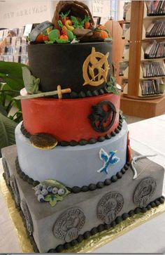 That other hunger games cake that I pinned is extremely cool but I change my mind. This cake IS GOING TO BE my birthday cake. Its a more detailed hunger games cake. Hunger Games Party, Hunger Games Cake, Hunger Games Catching Fire, Hunger Games Trilogy, Percy Jackson, Beautiful Cakes, Amazing Cakes, Juegos Del Ambre, Cake Pops