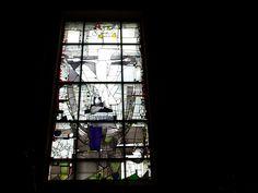 Georg Meistermann in de St. Franciscus kerk in Mainz-Lerchenberg Modern Stained Glass, Stained Glass Designs, Stained Glass Panels, Stained Glass Projects, Stained Glass Art, Wine Bottle Wall, Leaded Glass Windows, Cathedral Windows, Glass Wall Art