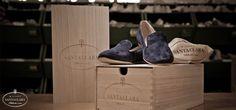 Le scarpe Santa Clara vengono confezionate ognuna nel proprio sacchetto di flanella e riposte in una scatola di legno di Paulonia. www.santaclaramilano.com
