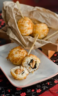 chicken-teriyaki-sushi-balls1-1 1/2 стакана риса суши 2 шт куриное филе бедра 1cup storebought Teriyaki маринад 2 Нори листов 2 чашки панировочных сухарей Панько 1 яйцо слегка взбить Масло для жарки