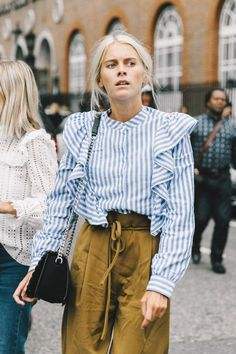 Street Style : ruffled pinstripe blouse paired with utility pant Looks Street Style, Looks Style, Style Me, Mode Outfits, Fashion Outfits, Fashion Trends, Street Chic, Street Wear, Street Fashion
