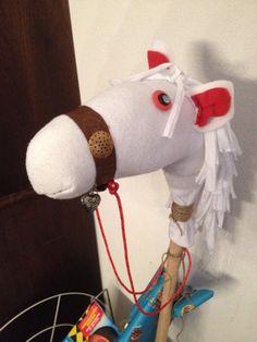 Surprise voor een paardenliefhebber! Stokpaard gemaakt van een bezemsteel en sportsok.