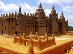 Great Mosque of Djenné in Mali. 1993 visit to Mali. African States, Around The World In 80 Days, Place Of Worship, Family Adventure, West Africa, Africa Travel, Heritage Site, Wonderful Places, Photos