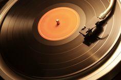 Novamente na moda, depois de mais de 20 anos fora do mercado dominado pelos CDs, o disco vinil ganha cada vez mais espaço no mercado musical.