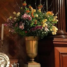 A close up of our urns last night @hamptoncourtpalace Chapel Royal......some of the ancestors of these flowers might have been seen 500 years ago in this place: #eventprofessionals #eventdesign #historicalflowers #research #periodflowers #urn #baseditonapainting #inspirationiseverywhere #shaneconnollyandco by shaneconnollyandco