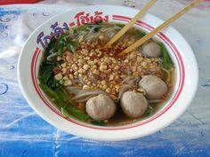 Tajska zupa z nudlami, kulkami mięsnymi i orzeszkami