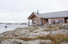 TETT PÅ SJØEN: Denne hytta på Hvaler er tegnet av arkitekt Cecilie Wille. Utvendig kledning og tak er i lerk kjerneved. Fra terrassen og stuen er det utsikt rett ut mot sjøen og holmene.