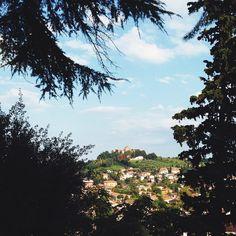 """[roro @igersfc] Voglio iniziare a raccontarvi la provincia di Forlì e Cesena con l'abbazia di Santa Maria del Monte vista dal colle Garampo, a #Cesena. Di giorno o di notte, avvicinandosi alla città in treno o in auto, il profilo dell'Abbazia è l'elemento più evidente del panorama e sembra dire """"ehi, stai tornando a casa""""."""