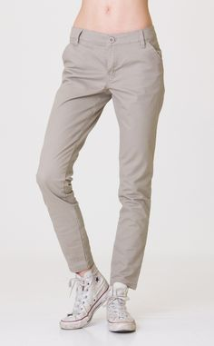 The RVCA Uplanded are stretch twill, chino-style pants with slanted pockets at the front and kissing welt pockets at the back. The pants have a RVCA log...
