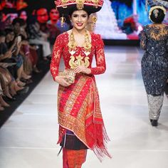@lidyasurbakti .... ❤️ #karonese  ___ Dress : @verakebaya  MUA : Adi Adrian Associate (@adiadrianbeauty ) Photo : @agusariadi @darwis_triadi  Hair do : @rosida.barus  Aksesori adat : @rosida.barus  Venue : @grandhyattjakarta  ___ #merajutnusantara #verakebayashow #ghjweddingfair2017 #karo #batakkaro