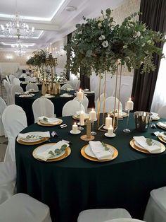 Szmaragdowy targets, złoto, eucaliptus - New Sites Black Tablecloth Wedding, Wedding Table, Our Wedding, Dream Wedding, Green Wedding Decorations, Green Centerpieces, Wedding Centerpieces, Emerald Wedding Colors, Emerald Green Weddings