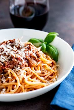 Spaghetti Bolognese is a dish loved the world over. This Classic Spaghetti Bolognese is cooked long and low to leave you with a rich, deep ragu that is loaded with flavor. A classic family favorite. From Easy Pasta Sauces Spagetti Bolognese Recipe, Bolognese Recipe Easy, Spaghetti Bolognaise, Vegetarian Spaghetti Bolognese, Bolognese Sauce, Best Spaghetti Recipe, Spagetti Recipe, Spaghetti Sauce, Pasta Recipes