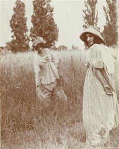 Deux jeunes femmes dans un pré Lhermitte Charles Augustin (1881-1945) , photographe