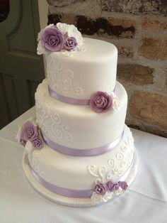 Lilac and white wedding cake, lilac roses on cake, piping details