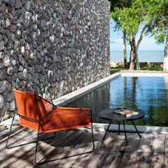 Sandur Chair by Mark Gabbertas for Oasiq inspirada nas dunas de areia #design #nouravandijkinteriordesign #chair #sandurchair #outdoorfurniture #oasiq #markgabbertas #decoracao #piscina #arquitetura