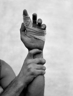 """Exposition du photographe espagnol Alberto Garcia Alix, """"Autoportrait"""" au Palau de la Virreina jusqu'au 5 mai 2013 - Autoportrait et main blessée, 1983 -"""