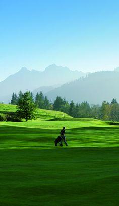 Kirchberg ligt in het hart van de Kitzbüheler Alpen, Oostenrijk. Binnen een straal van 50 kilometer vindt u 8 golfbanen, waar u kunt genieten van een heerlijke dagje golf.  Zo kunt u bijvoorbeeld golfen in Tirol én Beieren terwijl u de 18 holes van de golfclub in Reit im Winkl aandoet.  In Kirchberg zijn diverse bars, restaurants, appartementen en hotels en er worden naast golf ook diverse andere sporten aangeboden, zoals o.a. mountainbiken, minigolf, fietsen, paardrijden en wandelen.