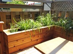 Banc sur mesure avec bacs à fleurs intégrés - Magnifique! @synergiesdesign #synergiesdesign #designsurmesure #customdesign #design #wood