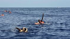 Los inmigrantes desesperados se lanzaron al mar Los traficantes de personas a menudo sobrecargan los barcos de pasajeros, provocando un naufragio o muertes por sofocamiento.