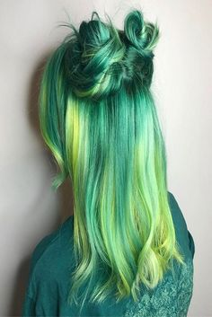 30 Green Hair Color Ideas Green hair in our day has ceased to be a horror as the result of a botched dye. Along with other unusual and unnatural shades, it moved into the category of fashion trends to try and adopt for many… Green Hair Dye, Green Hair Colors, Dye My Hair, Cool Hair Color, New Hair, Hair Colour, Pastel Colors, Dyed Hair Pastel, Pastel Green Hair