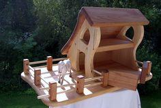 Bauernhaus Krippe Stall  aus massivem Kiefernholz und Buchendach und Zaun.     Es handelt sich um hochwertig handgearbeitetes Holzspielzeug nach ei...