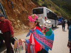 Peruanas esbanjam no colorido de suas vestes e no das bujingangas à venda. Peru