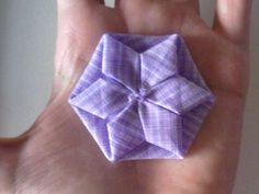 Eu o chamo de fuxico estrela ! Trabalhoso, também pode ser chamado de fuxico origami. Tenho-os para venda em pacote de 10 unidades. Fica lin...