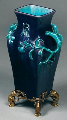 Théodore DECK (1823-1891) Vase quadrangulaire en céramique vernissée bleu nuit à décor en relief de branchages turquoises et caractères chinoisant. Socle en bronze doré. Marqué en creux. Epoque de la fin du XIXe siècle. Haut. du vase: 47,5 cm - Haut. totale: 55 cm M.B.