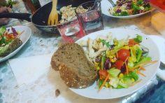 Easy lunch! Chicken salad!!   @vininorden #lunch #lunchbox #lunchtime #timetoeat #timetorelax #bread #salad #chicken #chickensalad #middag #midday #fb #tw #pin #salat #kylling #tomat #frokost #onsdag #nemt  #hurtigt #brød