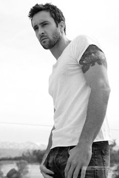 alex o'loughlin. hawaii five-o.....giggle...tattoos!!