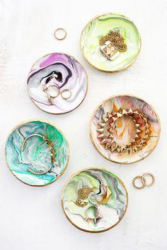 Find modellervoksen frem igen og lav små dekorative skåle til dine smykker, nøgler eller bare til pynt. Stilen bliver marmor møder psykedeliske mønstre.
