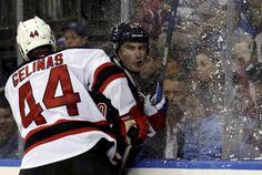 18.10 Le défenseur des Devils Eric Gelinas charge l'ailier des Rangers Chris Kreider à la bande.Photo: Adam Hunger