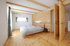 【アイジースタイルハウス】寝室。レッドシダーの羽目板が美しい寝室