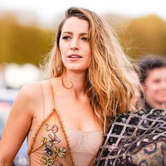 Blake Lively Looks Completely Unrecognizable With a Bowl Cut Blake Lively Wedding, Blake Lively Hair, Guy Aroch, Serena Van Der Woodsen, Celine Dion, Ryan Reynolds, Marchesa, Gigi Hadid, Gossip Girl