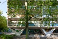 Brazilian architect Pedro Vannucchi has captured an apartment building Oscar Niemeyer completed in Berlin, Germany in these new photographs. Chinese Architecture, Modern Architecture House, Futuristic Architecture, Modern Houses, Arch House, Facade House, Le Corbusier, Metal Railings, Social Housing