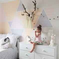 Chambre d'enfants toute douce , déco triangles pastels au mur | soft kids' room, pastel wall triangles