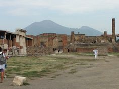 Pompeii it's just a ruin with Vesuvius in the background, all very calm!