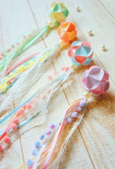 手作りで楽しむ七夕飾り♪ ***『おかずカップ&ベーキングカップでくすだま飾り』編*** : MaMan Marché ***mamaごとなおうちcaféのアトリエ時間*** Decor Crafts, Diy And Crafts, Crafts For Kids, Arts And Crafts, Paper Crafts, Creative Gift Wrapping, Creative Decor, Mason Jar Art, Paper Ornaments