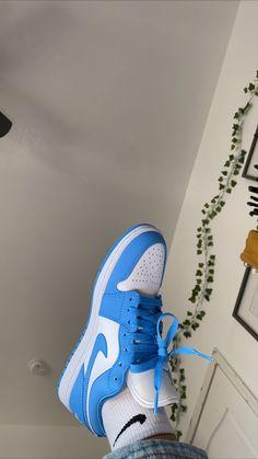 Air Max Sneakers, Sneakers Nike, Nike Air Shoes, Blue Sneakers, Sneakers Fashion, Fashion Shoes, Blue Jordans, High Top Jordans, Moda Masculina