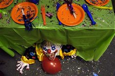 20 Cool And Scary Clown Halloween Decorations scary halloween decorations clown Clown Party, Halloween Clown, Teen Halloween Party, Halloween Karneval, Halloween Haunted Houses, Halloween Birthday, Halloween Halloween, Outdoor Halloween, Vintage Halloween