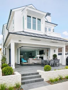 California beach house boasts airy contemporary farmhouse style - Home Professional Decoration Beach Cottage Style, Beach House Decor, Coastal Style, Style At Home, Contemporary Farmhouse Exterior, Contemporary Beach House, Design Exterior, Exterior Paint, Exterior Homes