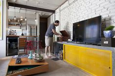 Decoração de; Sala de estar; rack de cimento com porta amarela; Casa de Valentina