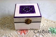 Caja de madera pintada a mano. Caluarte