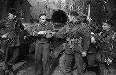 British Airborne soldiers offer water to German prisoners from a Luftwaffe field division, March 1945 Paratrooper, Luftwaffe, Normandy Ww2, British Uniforms, Ww2 Photos, British History, Troops, Soldiers, World War Two