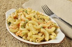 This classic macaroni salad with cheese and veggies is easy to whip up, simple to serve, and people love it! Pasta Salad Recipes, Healthy Salad Recipes, Spicy Recipes, Delicious Recipes, Macaroni Salad, Daily Meals, Soup And Salad, Pasta Dishes, Veggies