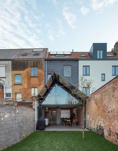 The existing construction is demolished and replaced by an open space under a new gable roof. The ridge pole, designed as an over-scaled, lightweight girder, follows the subdivision of the main building. It spatially suggests two zones: a narrow functi...