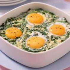 Nicht nur zu Ostern ein echter Hit: Die versunkenen Eier im Spinatnest sind in gerade einmal 20 Min. vorbereitet und sind auch optisch ein echter Hingucker.