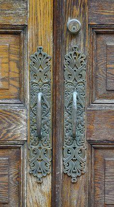 45 Ideas Old Door Gate Puertas Wooden Door Hangers, Wooden Doors, Old Doors, Windows And Doors, Door Handles Vintage, Vintage Doors, Antique Door Knobs, Knobs And Handles, Door Knobs And Knockers